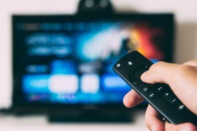 Comandament a distància amb Televisor de fons desenfocat