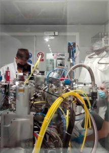 El doctorand industrial David Quinn treballant en el laboratori